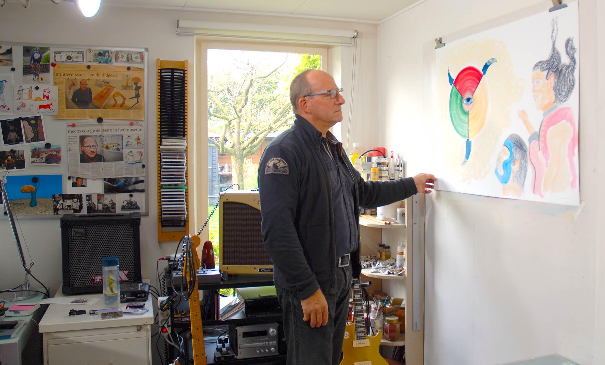 Ruud Dijkers in het atelier in Maasbommel